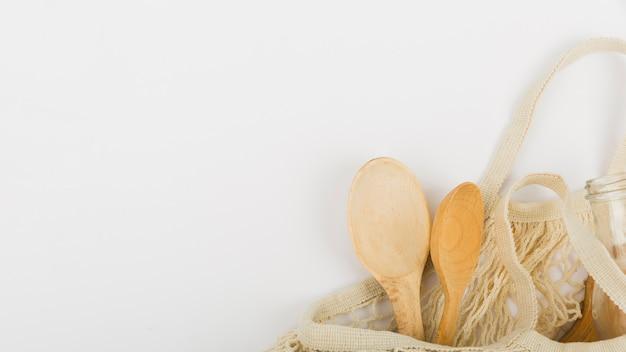 Plat leggen van herbruikbare tas met houten lepels en kopie ruimte Gratis Foto