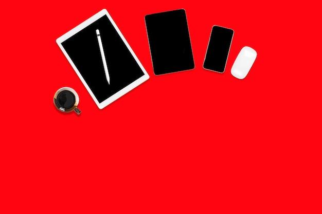 Plat leggen van kantoor tafel met digitale tablet, mobiele telefoon en accessoires. Premium Foto