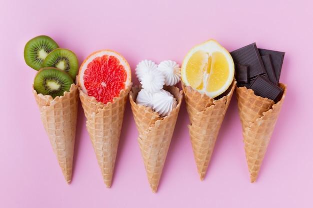 Plat leggen van kegels met fruit Gratis Foto
