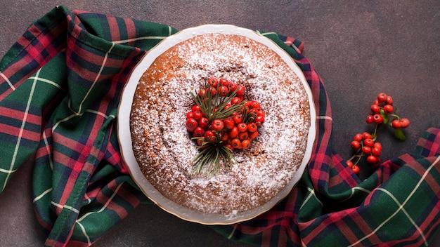 Plat leggen van kerst cake met rode bessen Gratis Foto