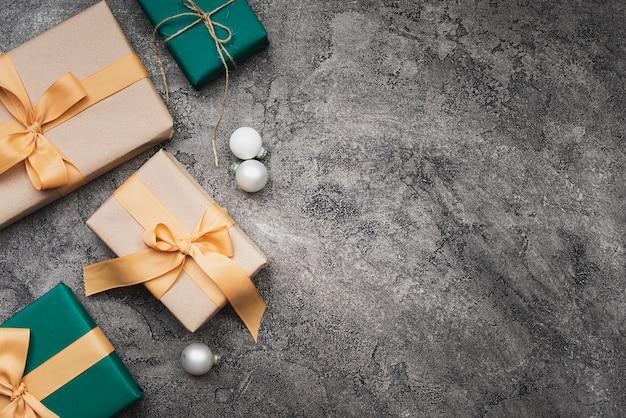 Plat leggen van kerstcadeaus met kopie ruimte Gratis Foto