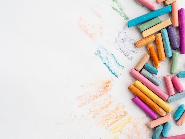 Plat leggen van kleurrijk krijt met kopie ruimte Gratis Foto