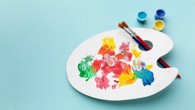 Plat leggen van kleurrijke verf palet met kopie ruimte Premium Foto