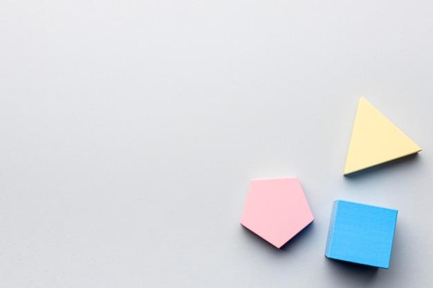 Plat leggen van minimalistische geometrische figuren met kopie ruimte Gratis Foto