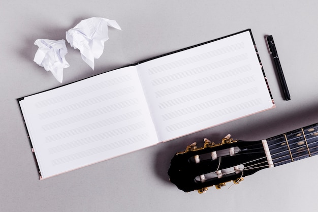 Plat leggen van open boek voor muzieknota's Gratis Foto