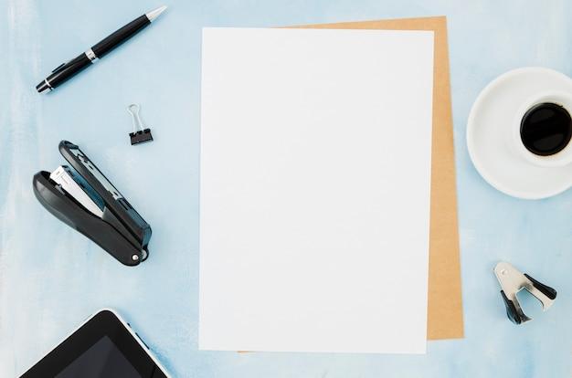 Plat leggen van papier mockup op de werkruimte Gratis Foto