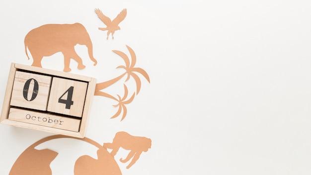 Plat leggen van papieren dieren met kalender voor dierendag Gratis Foto