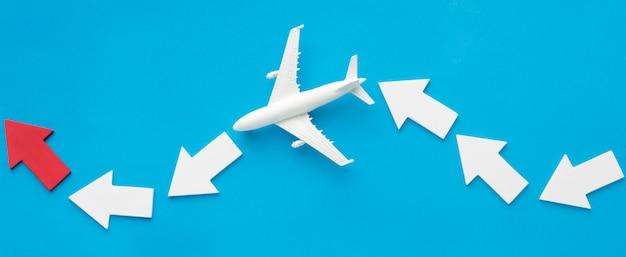 Plat leggen van pijlen met vliegtuig Premium Foto
