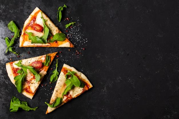Plat leggen van pizzaplakken met kopie ruimte Gratis Foto