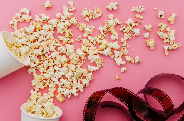 Plat leggen van popcorn voor bioscoopconcept Gratis Foto