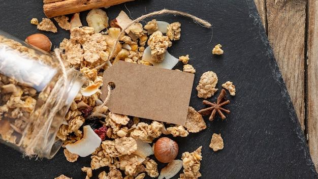 Plat leggen van potten met ontbijtgranen op leisteen Gratis Foto