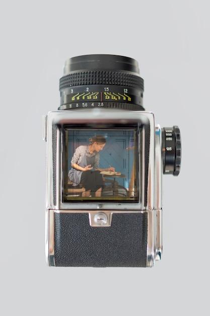 Plat leggen van retro camera met kunstenaar Gratis Foto