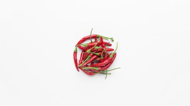 Plat leggen van rode chili pepers Gratis Foto