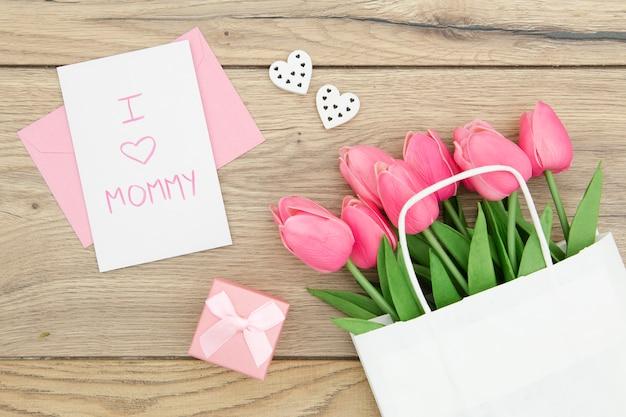 Plat leggen van roze tulpen in tas Gratis Foto