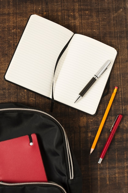 Plat leggen van rugzak met briefpapier accessoires Gratis Foto