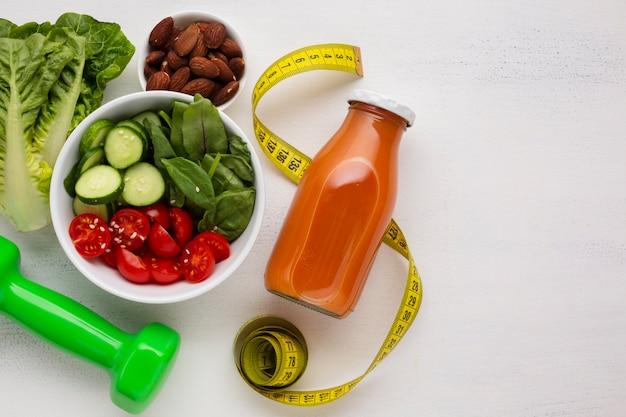 Plat leggen van salade en natuurlijk sap Gratis Foto