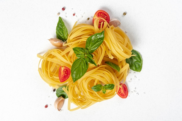 Plat leggen van tagliatelle pasta op effen achtergrond Premium Foto