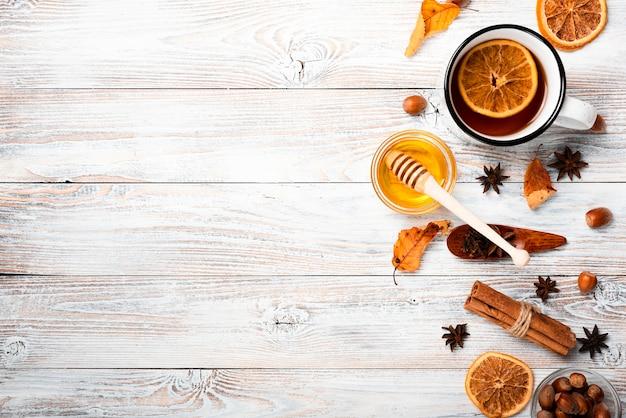 Plat leggen van thee met honing en kopie ruimte Gratis Foto