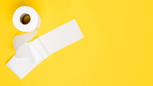 Plat leggen van toiletpapier met kopie ruimte Gratis Foto