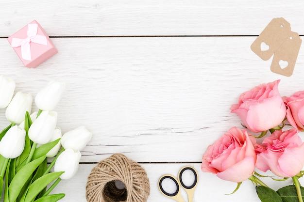 Plat leggen van tulpen en rozen met kopie ruimte Gratis Foto