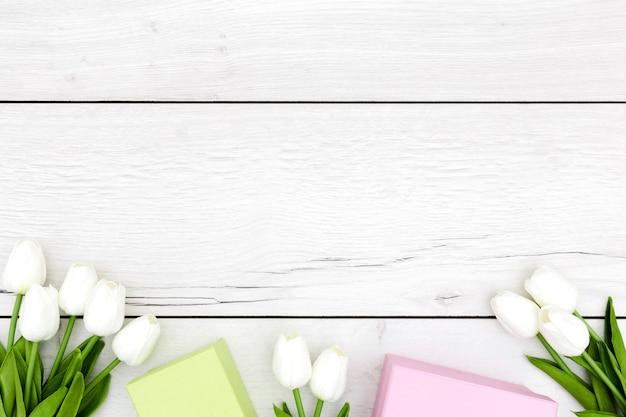 Plat leggen van tulpen op houten tafel Gratis Foto