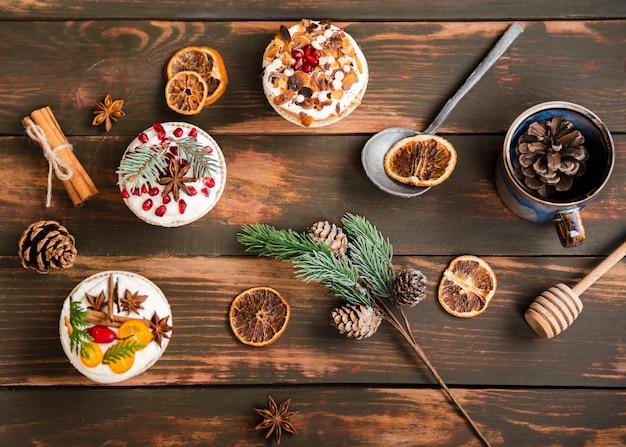 Plat leggen van versierde cupcakes met dennenappels Gratis Foto