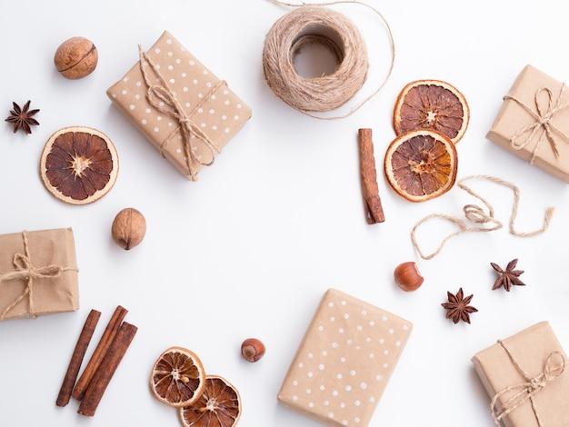Plat leggen van versierde geschenkdozen Gratis Foto