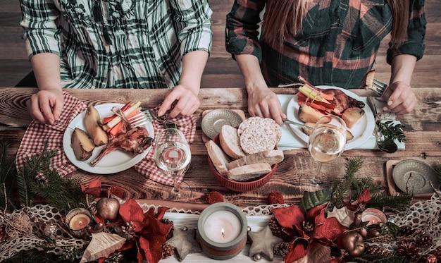Plat leggen van vrienden handen samen eten en drinken. bovenaanzicht van mensen die feesten, verzamelen, samen vieren aan houten rustieke tafel met verschillende wijnhapjes en fingerfoods Gratis Foto
