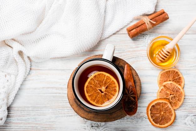 Plat leggen van warme thee met sinaasappel Gratis Foto