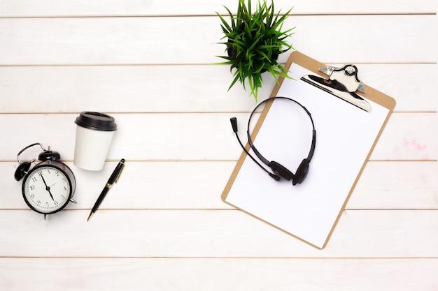 Plat leggen van werkruimte levert op witte tafel Premium Foto