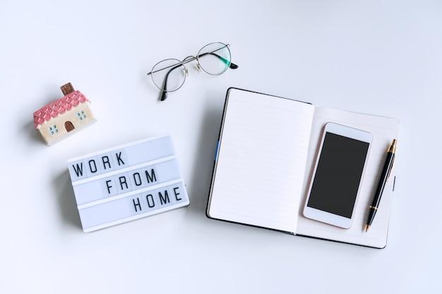 Plat leggen van wit bureau met laptop, bril en smartphone Premium Foto