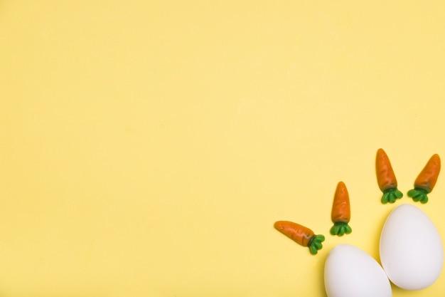 Plat legkader met eieren en kleine worteltjes Gratis Foto