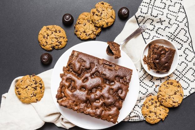 Plat liggend assortiment met chocoladetaart en koekjes Gratis Foto