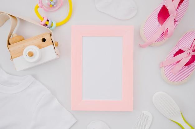 Plat liggende babyschoenen met frame Premium Foto