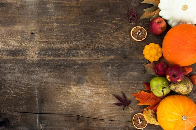 Plat liggende frame met herfst fruit en kopie-ruimte Gratis Foto