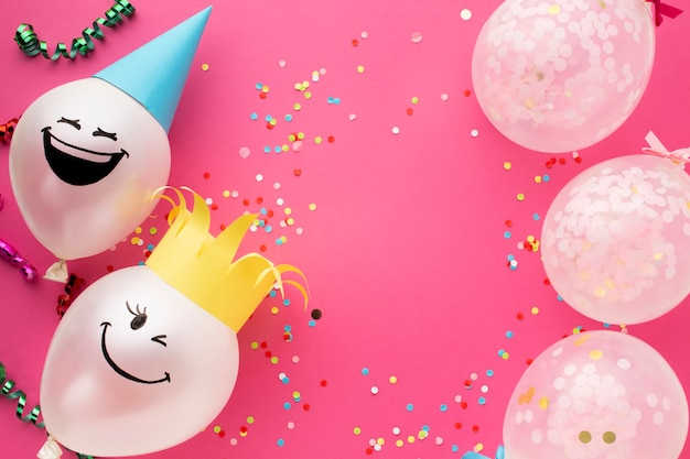 Plat liggende frame met schattige ballonnen en conffeti Gratis Foto