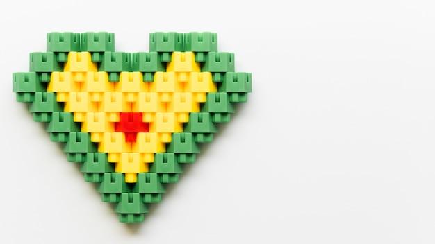 Plat liggende hartvorm gemaakt van legoblokken Gratis Foto