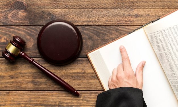 Plat liggende rechter met geopende boek en hamer Gratis Foto