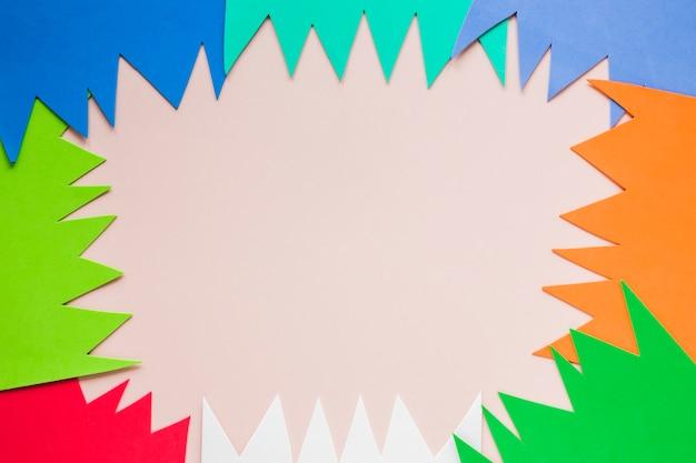 Plat met veelkleurige papieren uitsparingen voor carnaval Gratis Foto