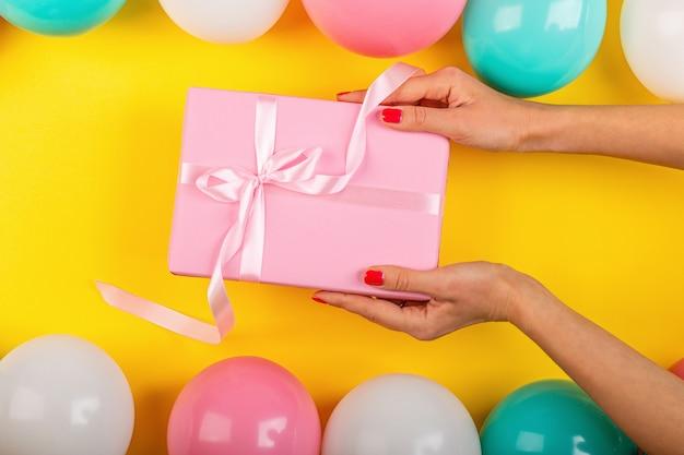 Plat met verjaardagscadeau doos Premium Foto