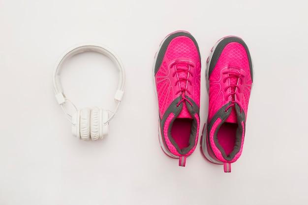 Plat sneakers met koptelefoon Gratis Foto