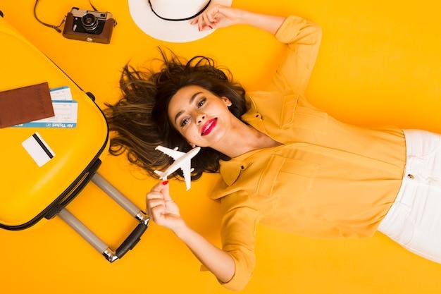 Plat van vrouw omringd door reisbenodigdheden Gratis Foto