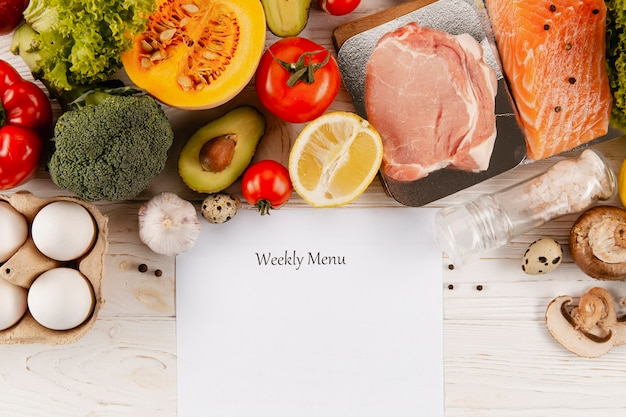 Plat weekmenu met vlees en groenten Gratis Foto