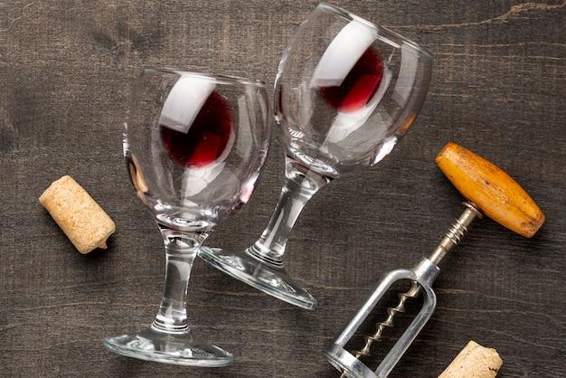 Plat wijnglazen en kurkentrekker op tafel leggen Gratis Foto