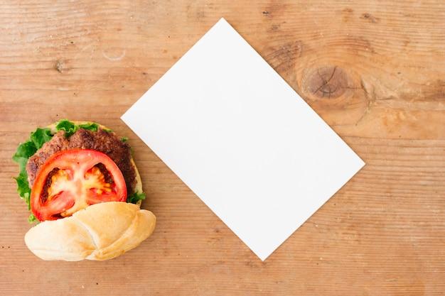 Platbakkenburger met menumodel Gratis Foto