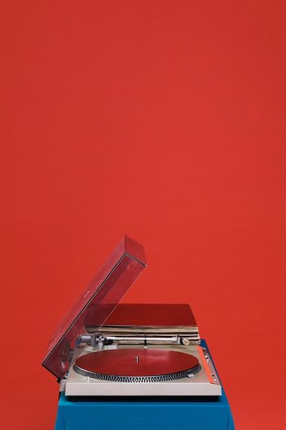 Platenspeler op rode achtergrond Gratis Foto