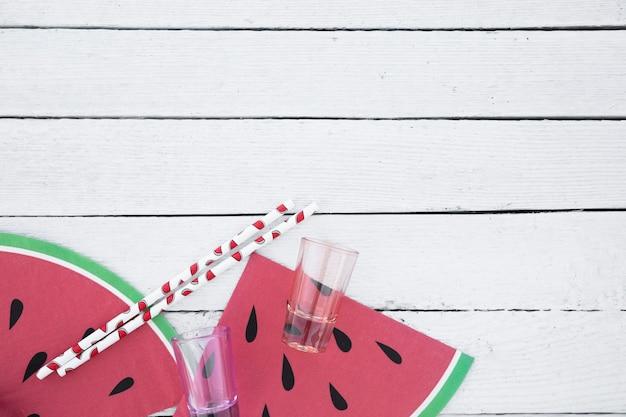 Platgelegde glazen en rietjes met watermeloenschijfjes Gratis Foto