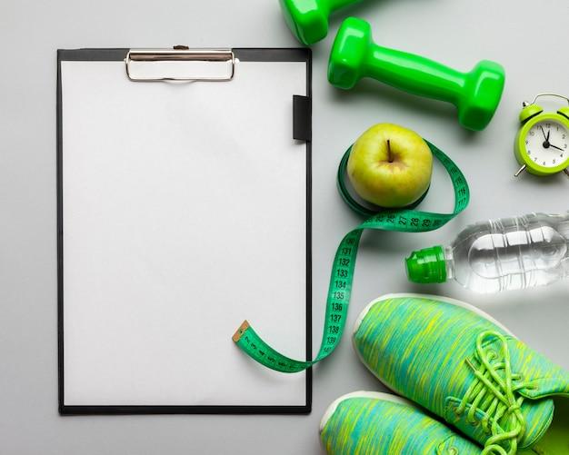 Platliggend arrangement met sportattributen en klembord Gratis Foto