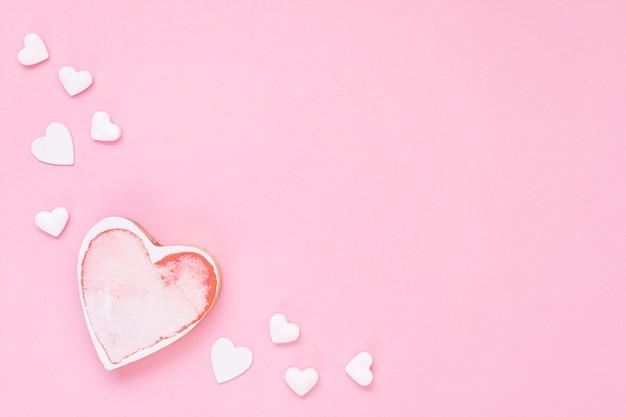 Platliggend frame met roze hartvorm en kopie-ruimte Gratis Foto