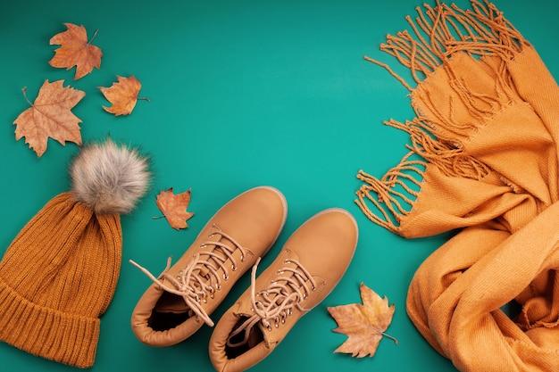 Platliggend met comfortabele warme outfit voor koud weer. comfortabele herfst, winterkleren winkelen, uitverkoop, stijl in trendy kleuren idee Premium Foto